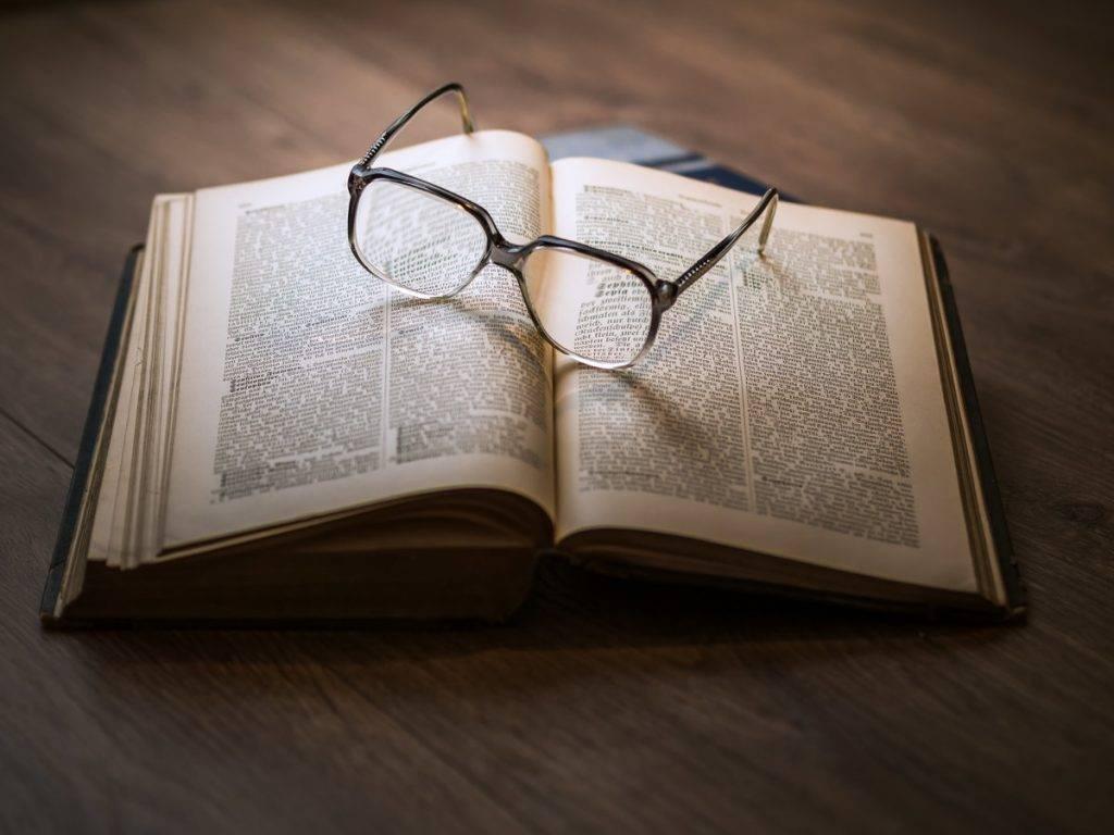 lexikonon egy szemüveg