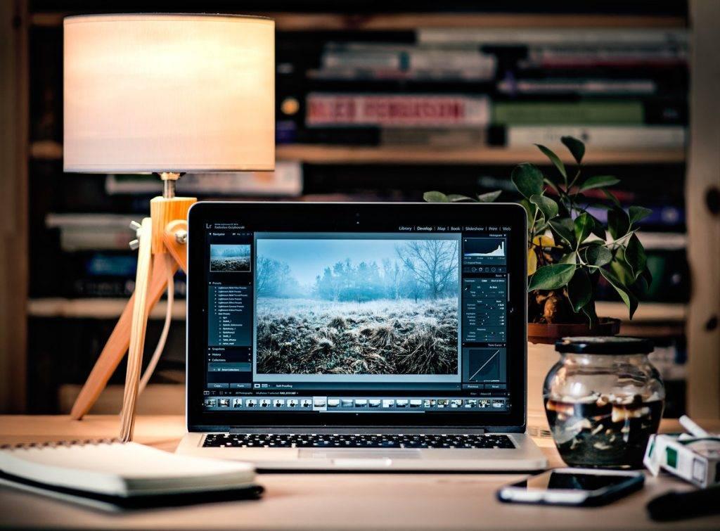 Laptop egy szép képpel az asztalon