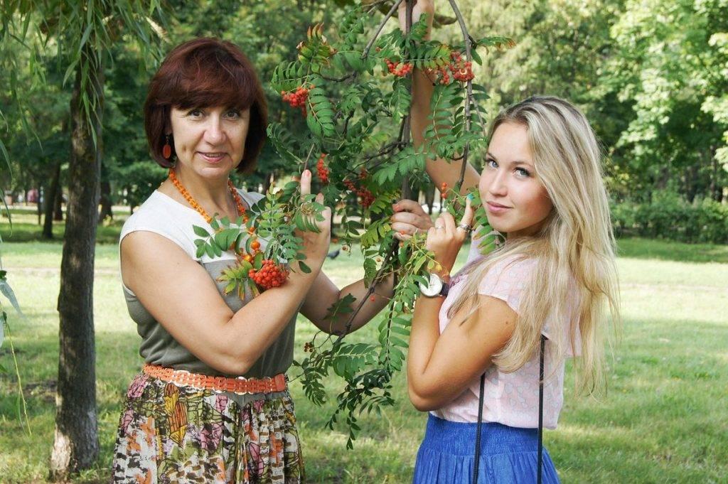 Fiatal és idősebb hölgy egy fa mellett