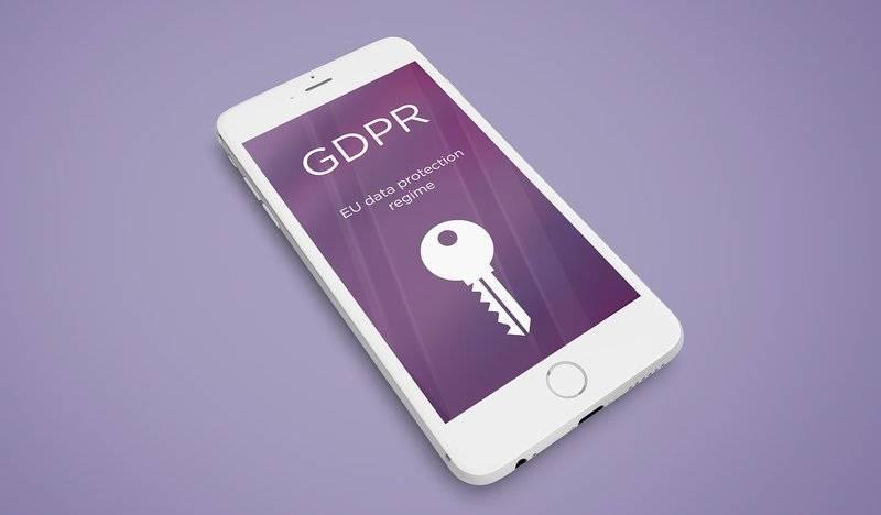 Mobiltelefonon egy kulcs látható és a GDPR felirat