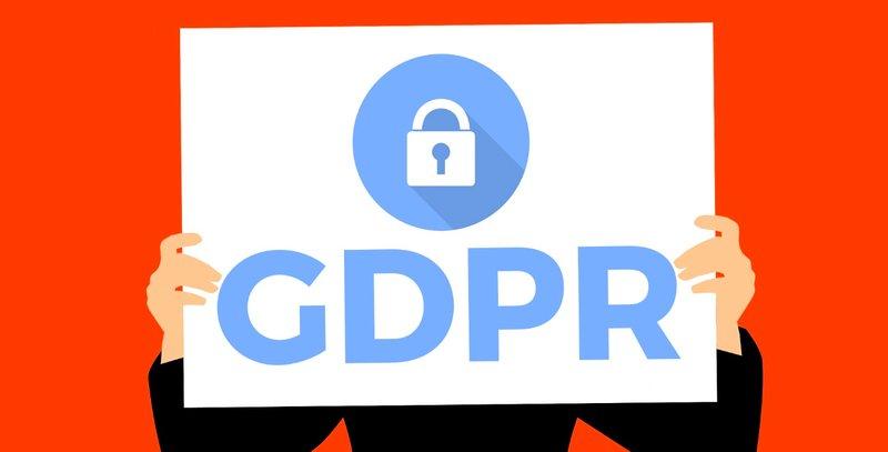 Grafikus ábra: egy ember GDPR feliratot tart