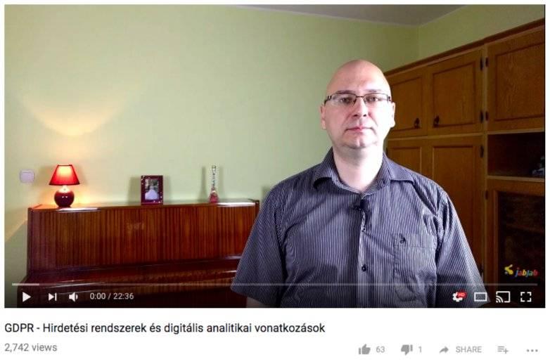 A videó képernyőfotója: a cég képviselője beszél