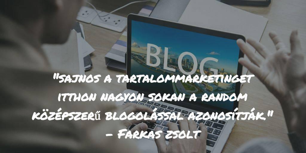 Laptopon blogot ír egy férfi