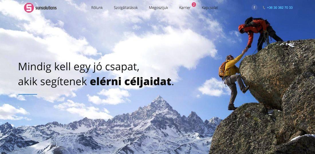 Egy hegymászó segít csúcsra jutni a másiknak